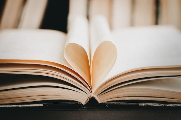 Livre ouvert avec une page en forme de coeur. coeur de la page du livre, saint valentin