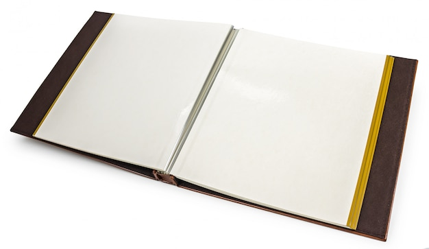 Livre ouvert avec des pages blanches sur fond blanc