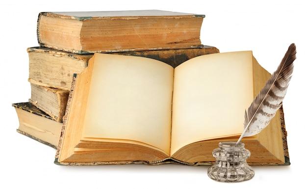 Livre ouvert avec des pages vides, pile de vieux livres et encrier isolé