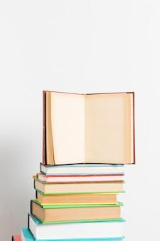 Livre ouvert sur pile colorée