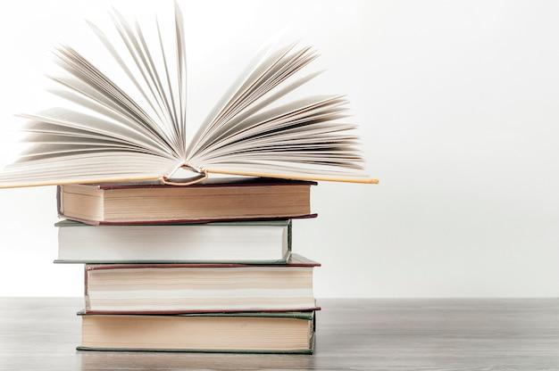 Livre ouvert sur une pile de livres. concept de l'éducation, journée internationale du livre, succès.