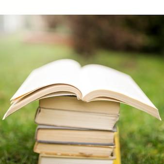 Livre ouvert sur la pile