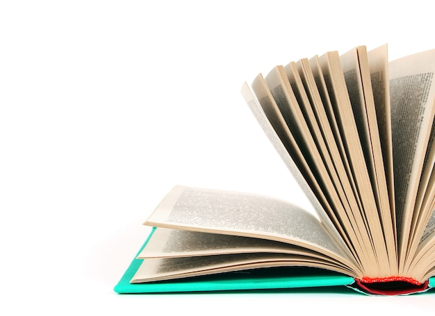 Le livre ouvert. sur une table blanche.