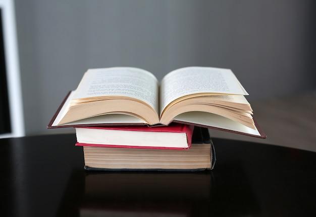 Livre ouvert sur table en bois. contexte de l'éducation