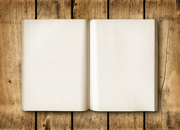Livre ouvert sur une table en bois marron