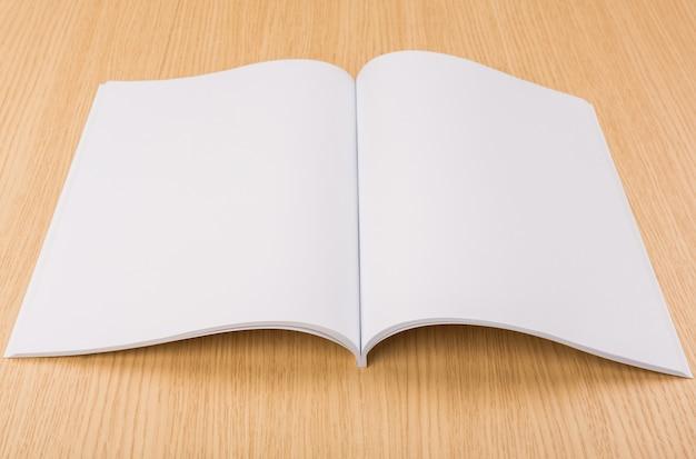 Livre ouvert sur la table en bois