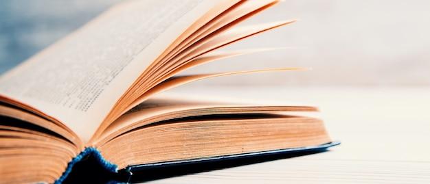 Livre ouvert sur la table.