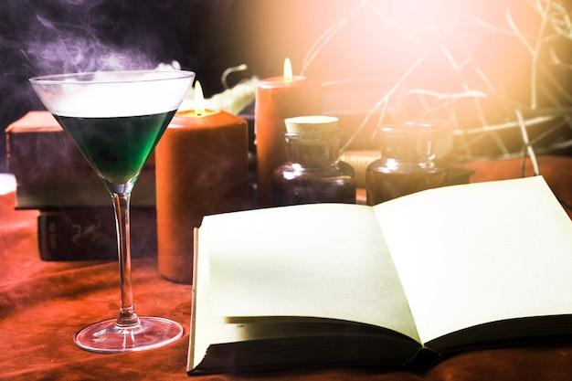 Livre ouvert et verre avec du poison