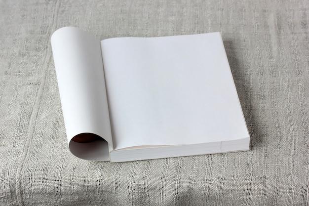 Un livre ouvert vide sur la table bordée