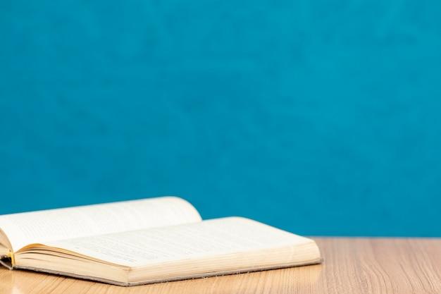 Livre ouvert vue de face sur une table en bois
