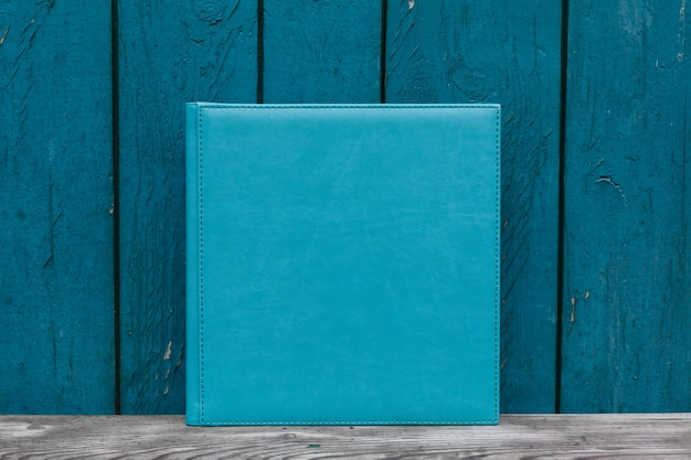 Livre photo bleu avec couverture en cuir.