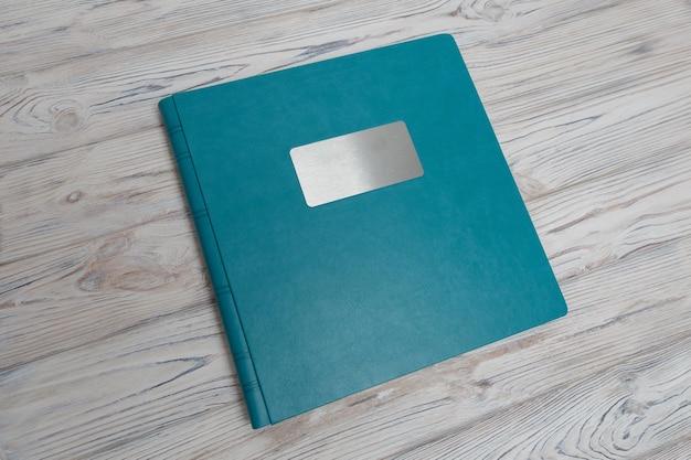 Livre photo bleu sur une table en bois