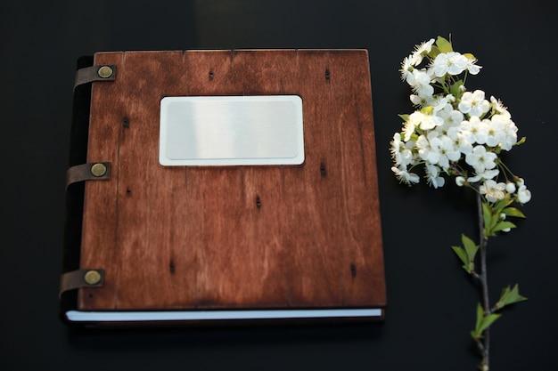 Livre photo en bois sur la table. place pour l'inscription. vue de dessus
