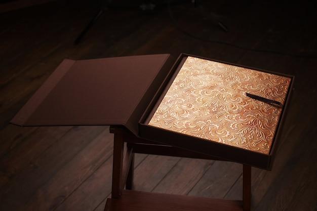 Livre photo avec une couverture en cuir véritable. couleur marron avec estampage décoratif.
