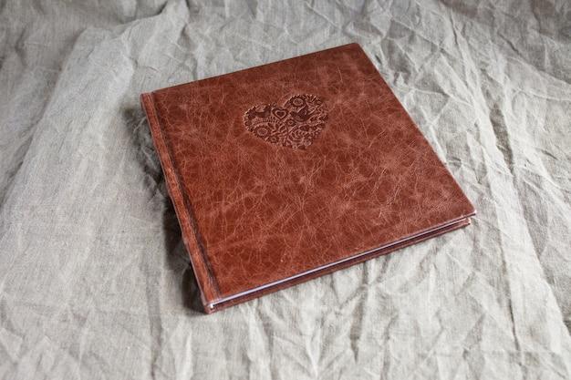 Livre photo avec une couverture en cuir véritable.