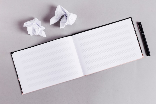 Livre plat de livre ouvert pour les notes de musique