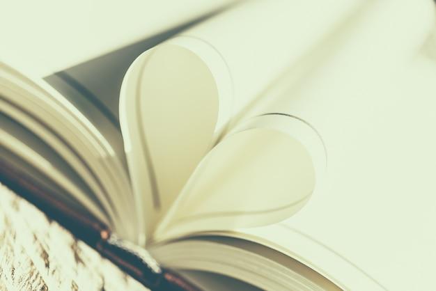 Livre plié avec la forme de coeur