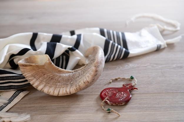 Livre de prières et shofar (corne), symboles religieux juifs talit. roch hachana (fête du nouvel an juif)