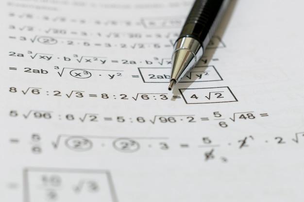 Livre avec des problèmes de mathématiques et un crayon mécanique