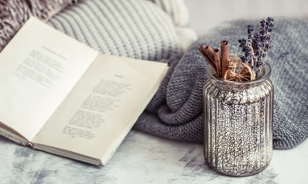 Livre, pull et vase