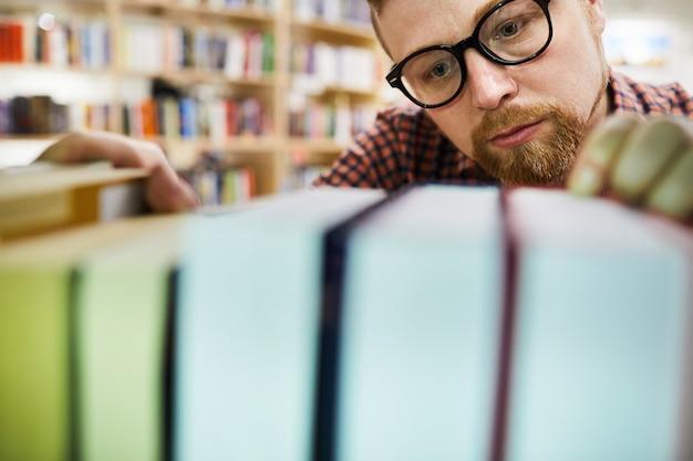 Livre de recherche de bibliothécaire concentré