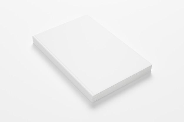 Livre relié fermé blanc isolé sur blanc.