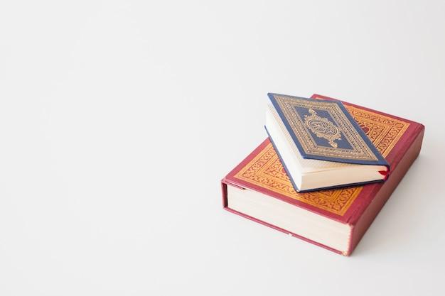 Livre religieux bleu et rouge