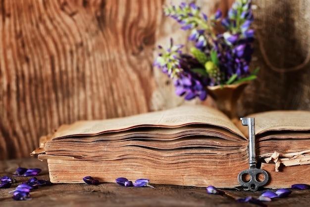 Livre rétro sur clé de table en bois