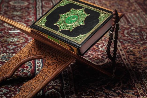 Le livre sacré du coran sur le stand