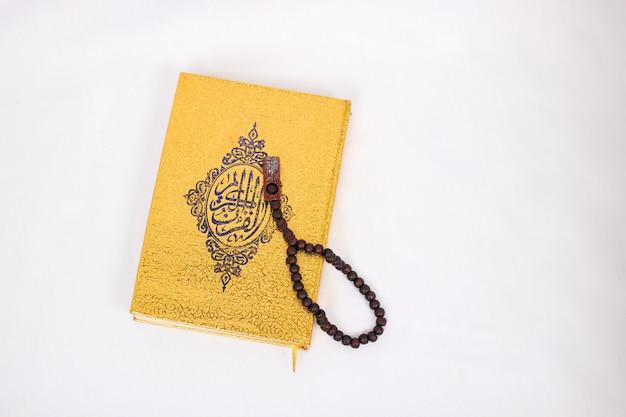 Livre saint coran et tasbih isolé sur fond blanc