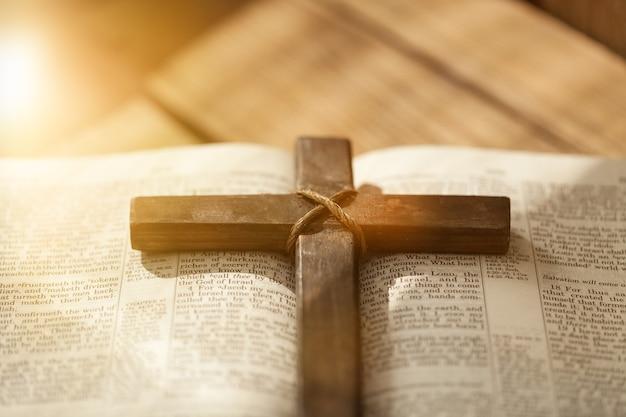 Livre de la sainte bible sur fond