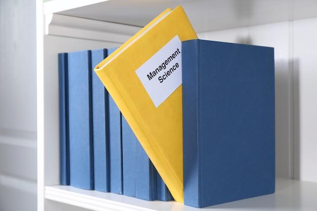 Livre de science de gestion sur étagère