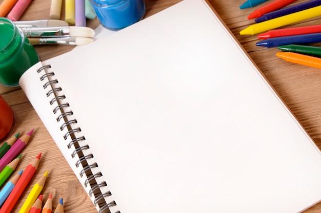 Livre scolaire sur le bureau