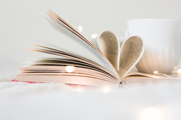 Livre avec ses pages en forme de coeur