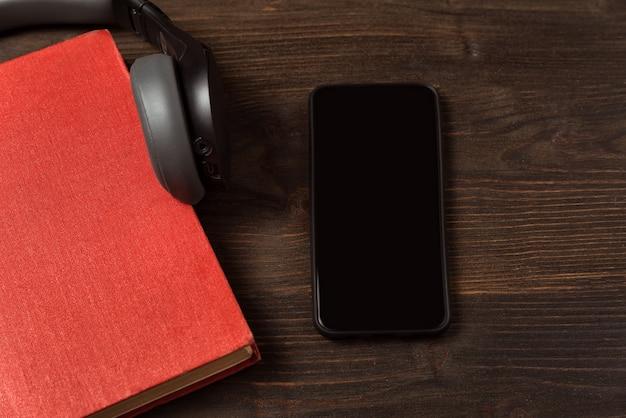 Livre, smartphone et écouteurs sur la table
