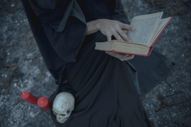 Livre de sorts avec décoration de sorcellerie