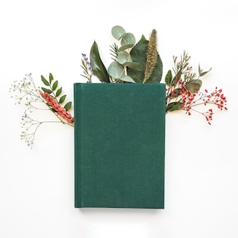 Livre vert et feuilles