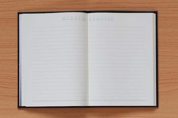 Le livre vide est placé sur un fond en bois brun.