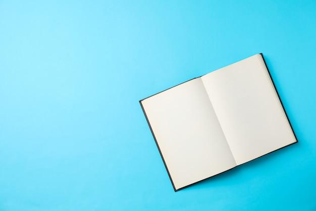 Livre vide ouvert sur l'espace bleu, espace pour le texte