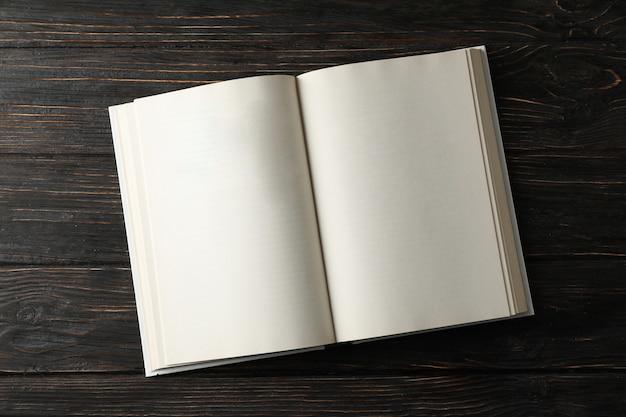 Livre vide ouvert sur l'espace en bois, espace pour le texte