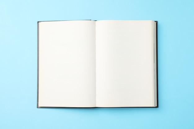 Livre vide ouvert sur fond bleu, vue de dessus livre vide ouvert sur fond bleu, vue de dessus