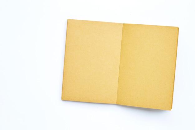 Livre vide ouvert isolé sur fond blanc.