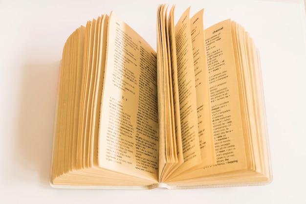 Livre avec de vieilles pages sur blanc