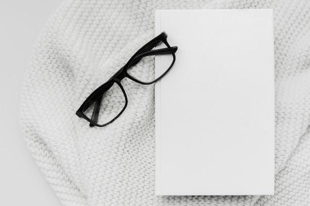Livre de vue de dessus avec des lunettes