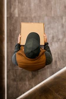 Livrer l'homme tenant le paquet