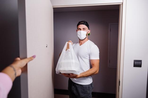 Livrer l'homme tenant un sac en plastique avec de la nourriture