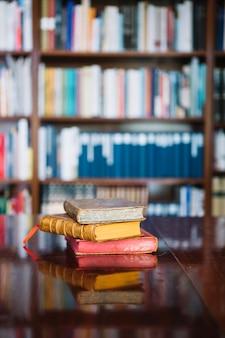 Livres anciens sur la table de la bibliothèque