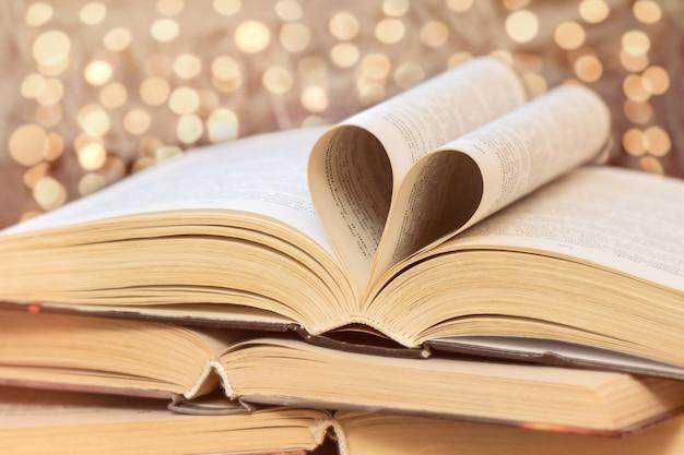 Livres anciens sur table en bois. l'amour au concept de lecture