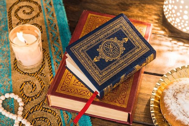 Livres arabes entre la bougie et le petit pain