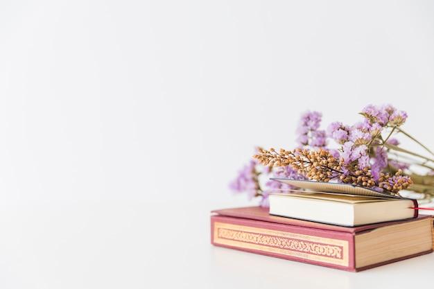 Livres arabes et fleurs